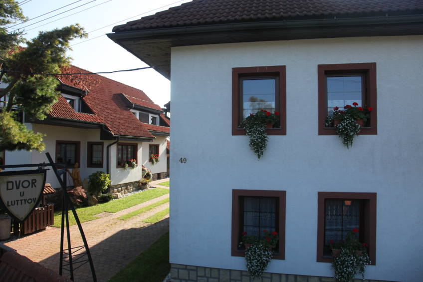 Hofeinfahrt mit Haus Bernadeta