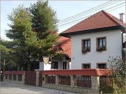 Einfahrt ab Strasse mit Haus Bernadeta