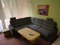 Ein von zwei identischen Wohnzimmern in Wohnung A und Wohnung B