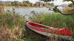 Stillleben am Teich in Branzez mit einem Kanu