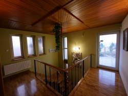 Obere Etage-Gang zu den Schlafzimmern und Eingang zum Dachgarten
