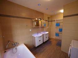 Badezimmer mit Badewanne und Dusche - Erdgeschoß