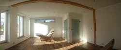 Ein Schlafzimmer im Winter - da kommt die Wiegeliege von der Terrasse ins Zimmer rein